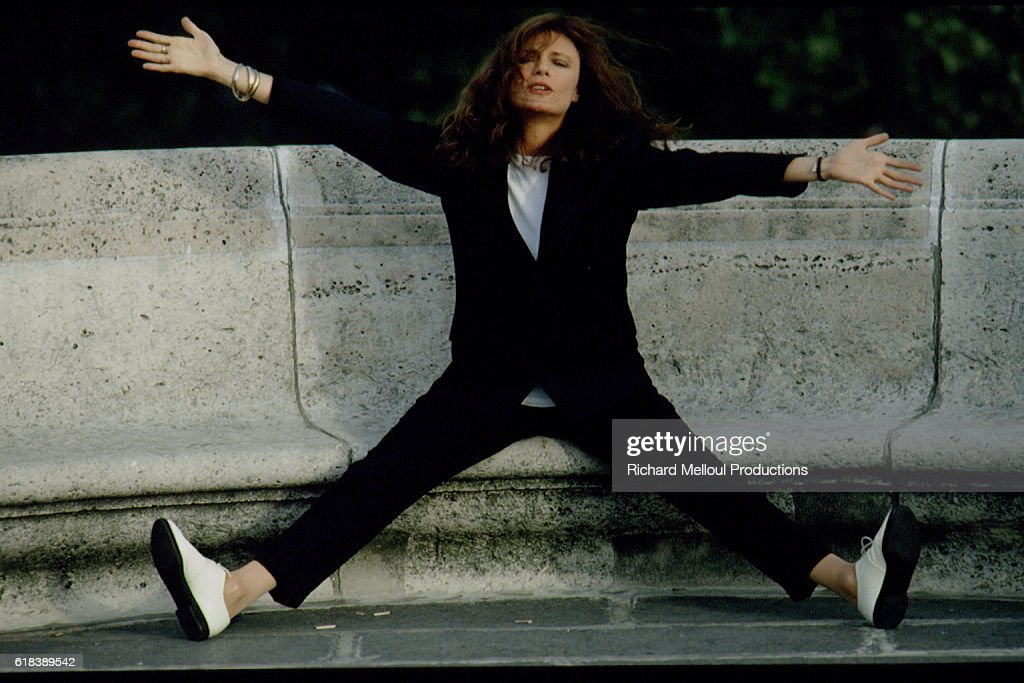 Actress Jacqueline Bisset with Arms Outstretched : Nachrichtenfoto