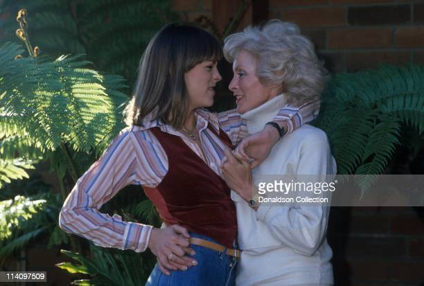Actress Jamie Lee Curtis and mother Janet Leigh pose for a portrait in December 1978 in Los Angeles, California.