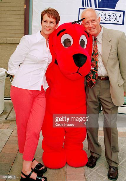 Actress Jamie Lee Curtis poses with Clifford the Big Red Dog and Ernie Fleishman of Scholastic Inc at the 6th Annual LA''s BEST Family Brunch June 10...