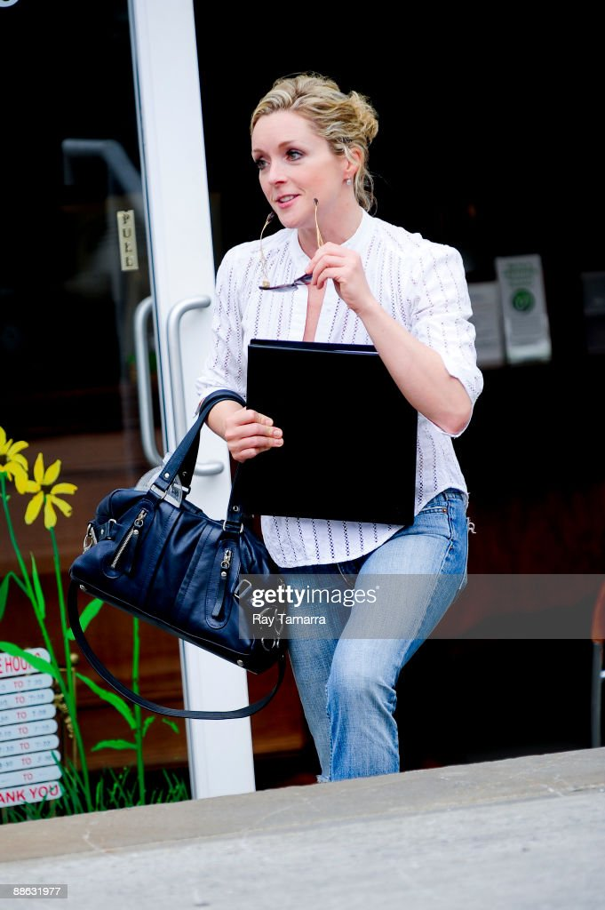 Actress Jane Krakowski leaves a Greenwich Village dry cleaner on June 22, 2009 in New York City.