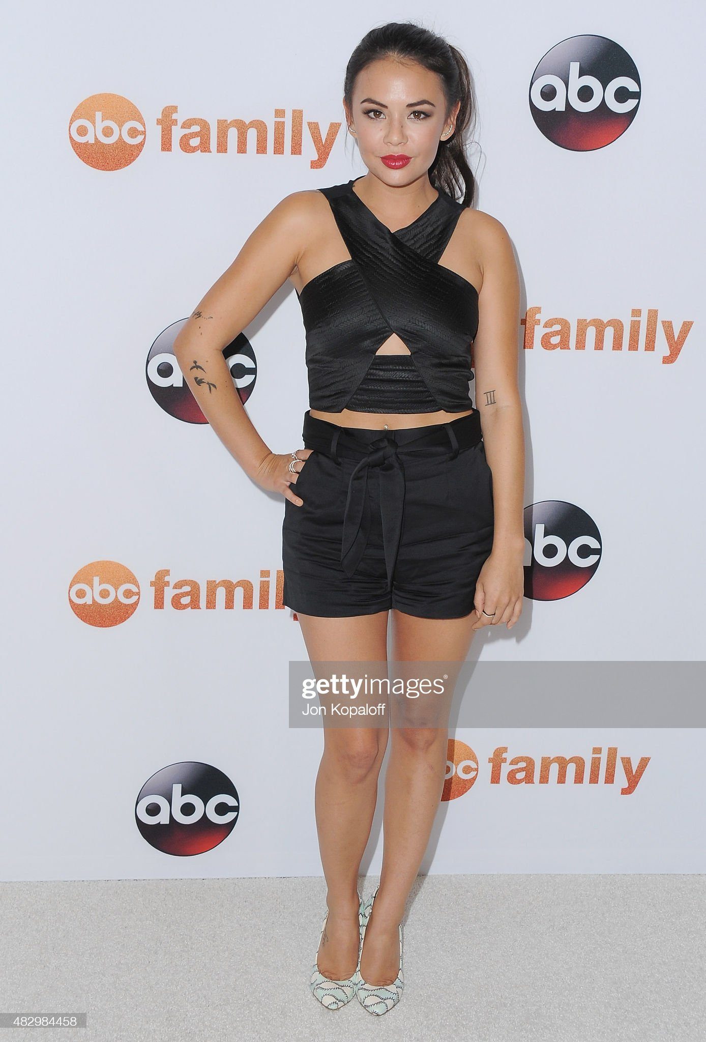 ¿Cuánto mide Janel Parrish? - Real height Actress-janel-parrish-arrives-at-disney-abc-television-groups-2015-picture-id482984458?s=2048x2048