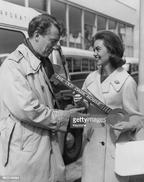 Actress Janette Scott welcomes actor and comedian Tom Poston to London Airport by presenting him with a key to 'The Old Dark House' 10th May 1962 The...