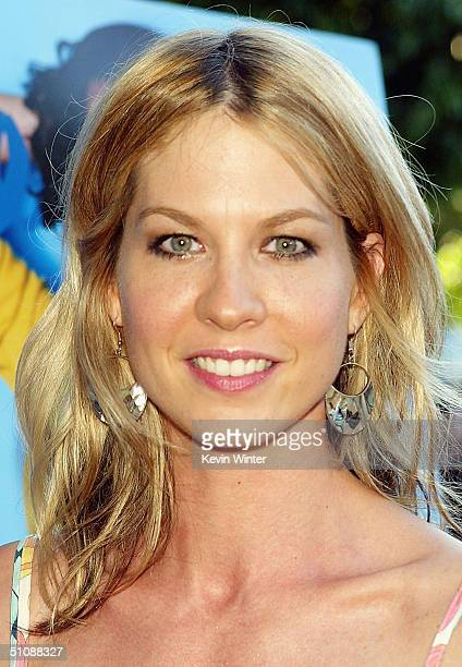 Actress Jenna Elfman arrives at the premiere of Fox Searchlight Pictures' Garden State on July 20 2004 at the Directors Guild in Los Angeles...