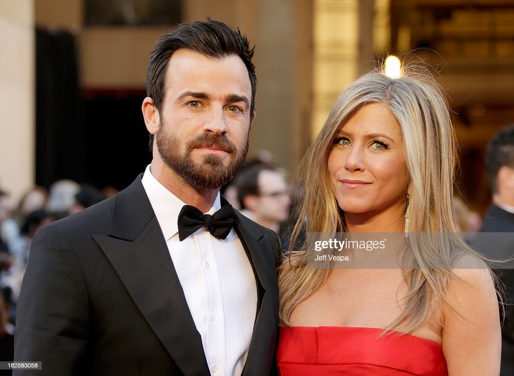 Actress Jennifer Aniston (R) and actor Justin Theroux arrive at the Oscars at Hollywood & Highland Center on February 24, 2013 in Hollywood, California.
