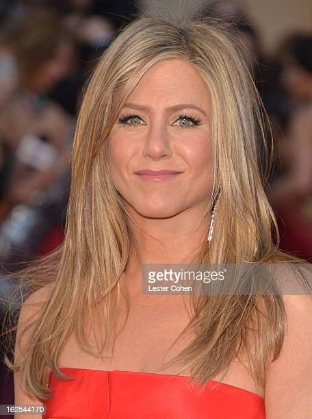 Actress Jennifer Aniston arrives at the Oscars at Hollywood & Highland Center on February 24, 2013 in Hollywood, California.