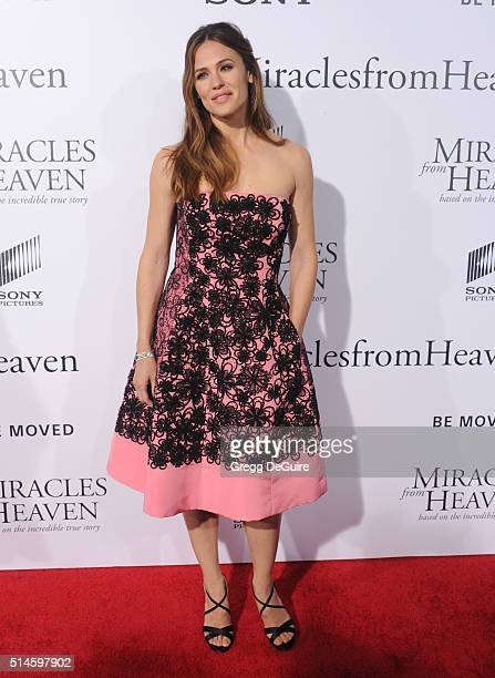 Actress Jennifer Garner arrives at the premiere of Columbia Pictures' 'Miracles From Heaven' at ArcLight Hollywood on March 9 2016 in Hollywood...