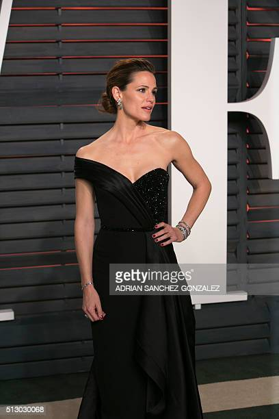 US actress Jennifer Garner poses as she arrives to the 2016 Vanity Fair Oscar Party on February 28 2016 in Beverly Hills California / AFP / ADRIAN...