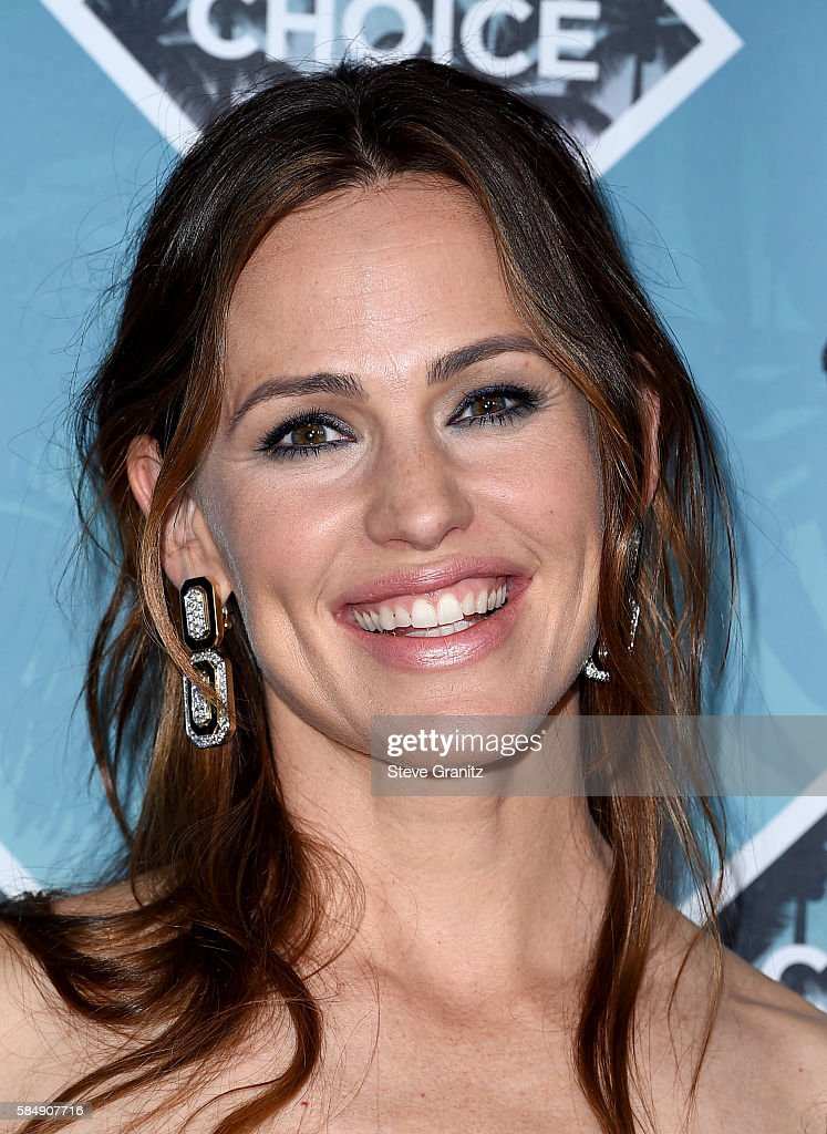 Actress Jennifer Garner poses in the press room during Teen Choice Awards 2016 at The Forum on July 31, 2016 in Inglewood, California.