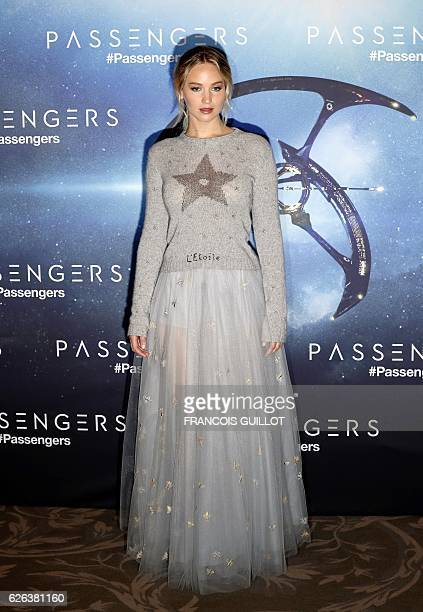 """Actress Jennifer Lawrence poses during the photocall for her lastest film """"Passengers"""" in Paris on November 29, 2016. / AFP / FRANCOIS GUILLOT"""