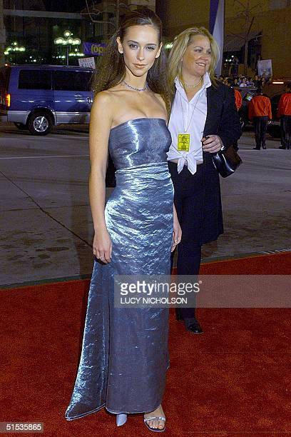 US actress Jennifer Love Hewitt arrives at the 26th People's Choice Awards in Pasadena CA 09 January 2000 Hewitt won an awaard for Favorite Female...