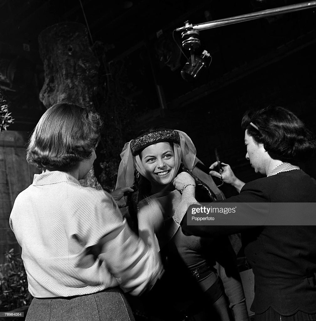 """1951. Actress Joan Rice being made up, on the set of the film """"Robin Hood"""". : Fotografía de noticias"""