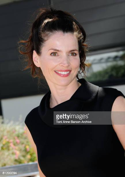 """Actress Julia Ormond attends the """"Che"""" photocall at the Palais des Festivals during the 61st International Cannes Film Festival on May 22, 2008 in..."""