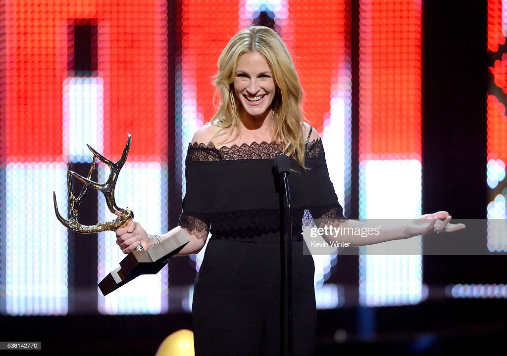 Actress Julia Roberts accepts the Woman of the Decade award onstage during Spike TV's 10th Annual Guys Choice Awards at Sony Pictures Studios on June 4, 2016 in Culver City, California.