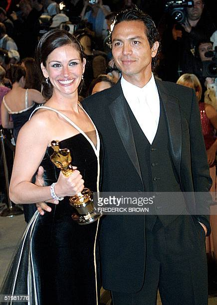 Actress Julia Roberts and boyfriend actor Benjamin Bratt arrive at the Vanity Fair Oscar party 25 March 2001 in Los Angeles Roberts won the Oscar for...