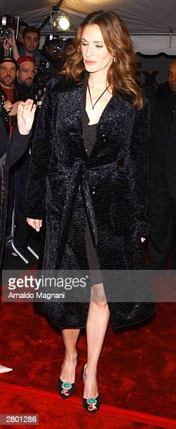 "Actress Julia Roberts arrives at the world premiere of ""Mona Lisa Smile"" at the Ziegfeld Theatre December 10, 2003 in New York City."