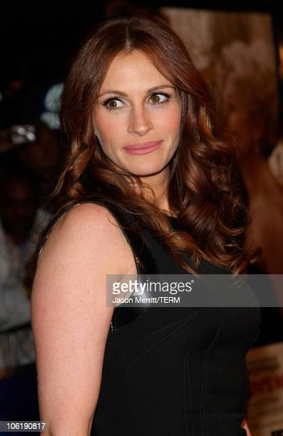"""Actress Julia Roberts arrives to the premiere of Universal Pictures' """"Charlie Wilson's War"""" at City Walk Cinemas on December 10, 2007 in Universal..."""