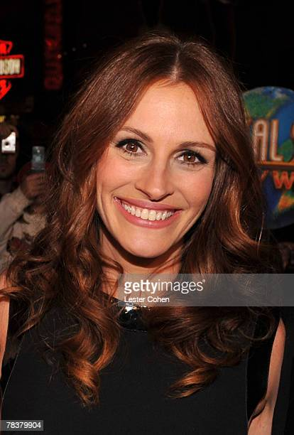 Actress Julia Roberts arrives to the premiere of Universal Pictures' Charlie Wilson's War at City Walk Cinemas on December 10 2007 in Universal City...