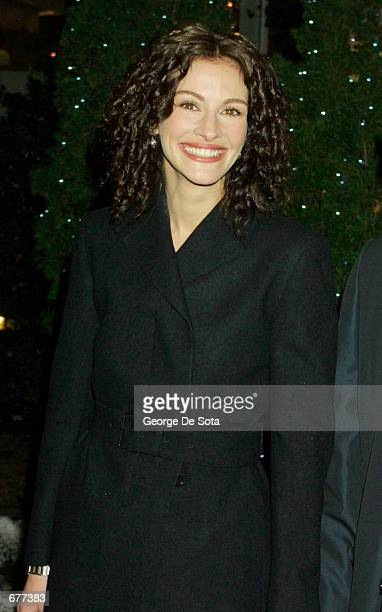 Actress Julia Roberts attends The National Board of Review Awards January 16 2001 at Tavern on the Green in New York City Roberts and Catherine...