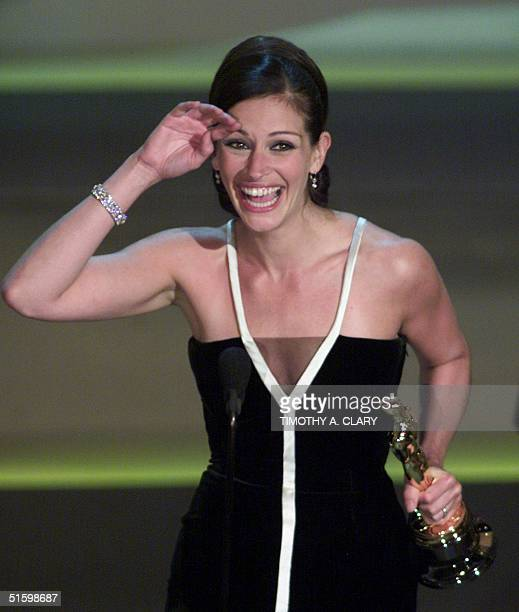 Actress Julia Roberts holds her Oscar for Best Actress for her role in 'Erin Brokovich' during the 73rd Annual Academy Awards at the Shrine...