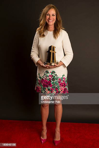 Actress Julia Roberts poses with the Hollywood Supporting Actress Award in the portrait studio during the 17th annual Hollywood Film Awards at The...