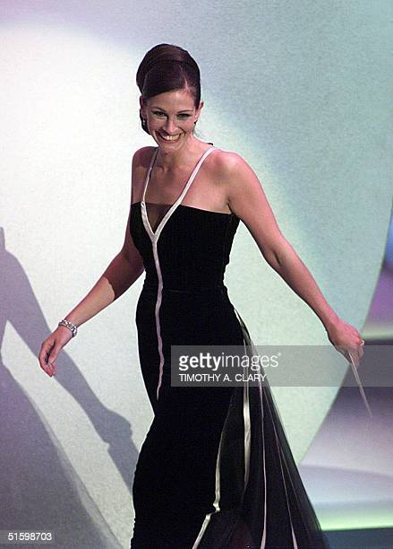 Actress Julia Roberts walks on stage after presenting an award at the 73rd Annual Academy Awards at the Shrine Auditorium in Los Angele 25 March 2001...