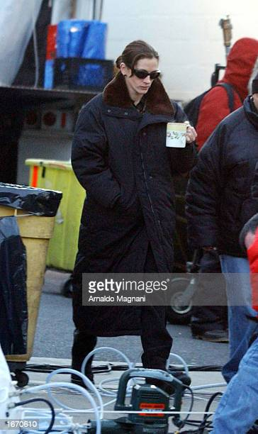 Actress Julia Roberts walks on the set of her new movie 'Mona Lisa' in Yonkers New York