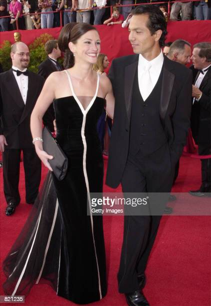 Actress Julia Roberts who won an Oscar for Best Actress and her boyfriend Benjamin Bratt arrive for the 73rd Annual Academy Awards March 25 2001 at...