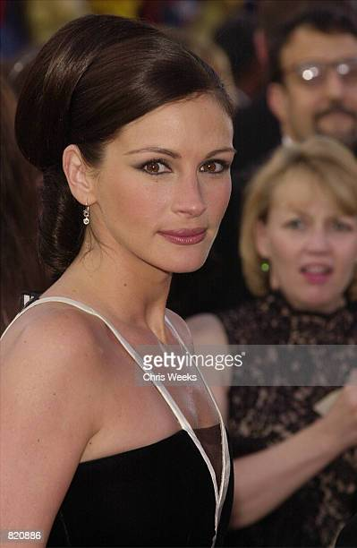 Actress Julia Roberts who won an Oscar for best Actress arrives for the 73rd Annual Academy Awards March 25 2001 at the Shrine Auditorium in Los...
