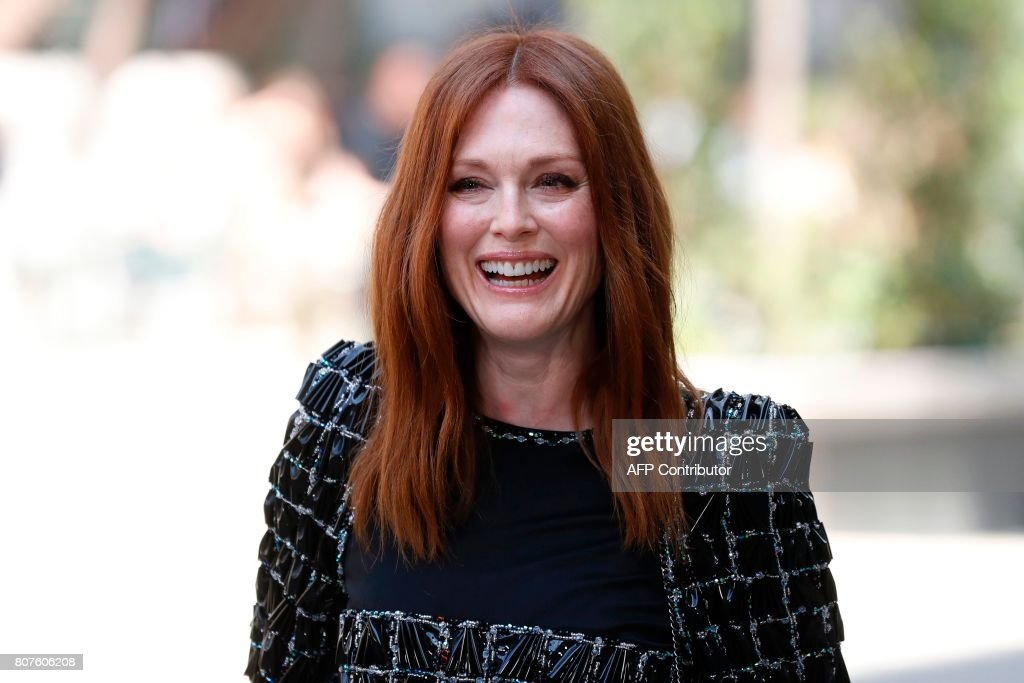 US actress Julianne Moore poses during the photocall before Chanel 2017-2018 fall/winter Haute Couture collection show in Paris on July 4, 2017. / AFP PHOTO / Patrick KOVARIK