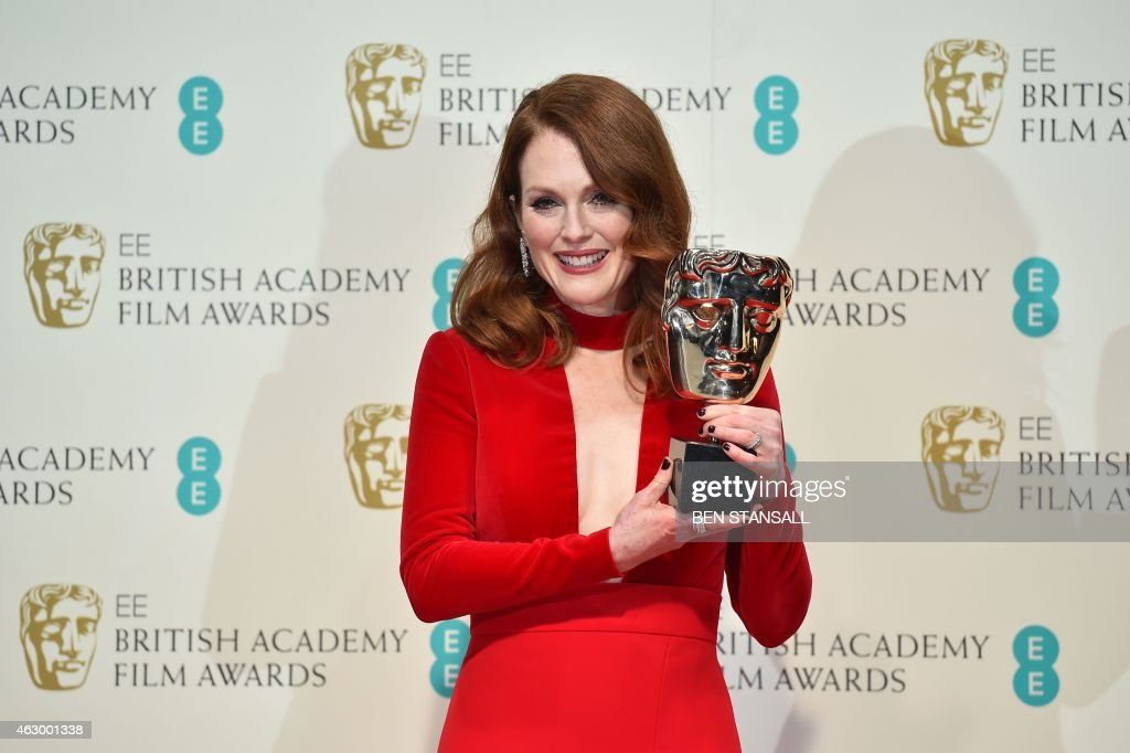 US actress Julianne Moore poses with the award for a leading actress for her work on the film 'Still Alice' at the BAFTA British Academy Film Awards at the Royal Opera House in London on February 8, 2015. AFP PHOTO / BEN STANSALL / AFP PHOTO / Ben STANSALL