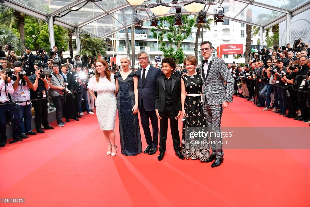 TOPSHOT - (FromL) US actress Julianne Moore, US actress Michelle Williams, US director Todd Haynes, US actor Jaden Michael, US actress Millicent Simmonds and US writer/screenwriter Brian Selznick pose as they arrive on May 18, 2017 for the screening of their film 'Wonderstruck' at the 70th edition of the Cannes Film Festival in Cannes, southern France. / AFP PHOTO / Alberto PIZZOLI