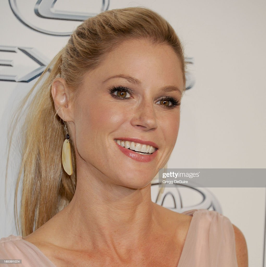 Actress Julie Bowen arrives at the 2013 Environmental Media Awards at Warner Bros. Studios on October 19, 2013 in Burbank, California.