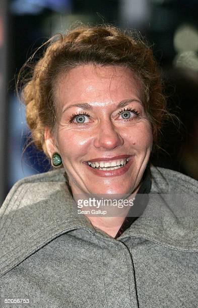 Actress Karen Boehne arrives at the Berlin premiere of Vom Suchen Und Finden Der Liebe at the CineStar on January 24 2005 in Berlin Germany