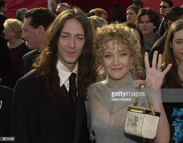 Actress Kate Hudson and her husband Black Crowes singer Chris Robinson arrive for the 73rd Annual Academy Awards March 25 2001 at the Shrine...