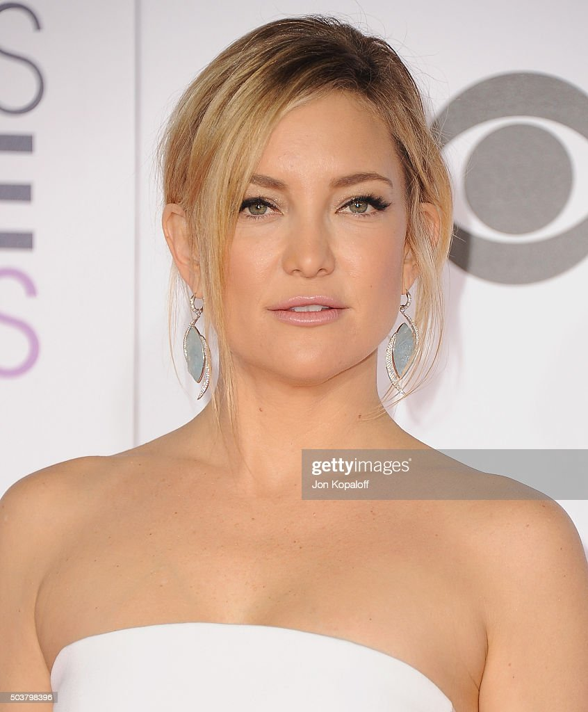 Actress Kate Hudson arrives at People's Choice Awards 2016 at Microsoft Theater on January 6, 2016 in Los Angeles, California.