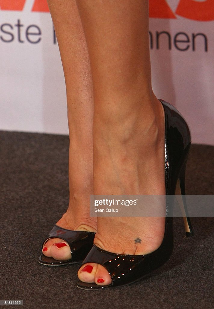 Actress Kate Hudson Shows A Star Tattoo On Her Left Foot And Wear