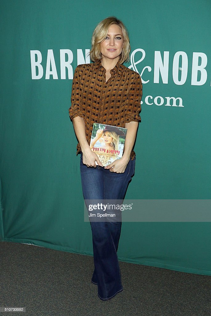 """Kate Hudson Signs Copies Of """"Pretty Happy: Healthy Ways to Love Your Body"""" : News Photo"""