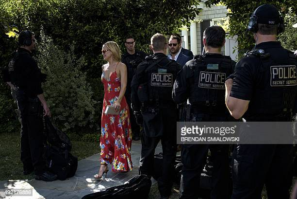 Actress Kate Hudson walks past a Secret Service counter assault team while the president attends a fund raiser October 10 2015 in Pacific Palisades...