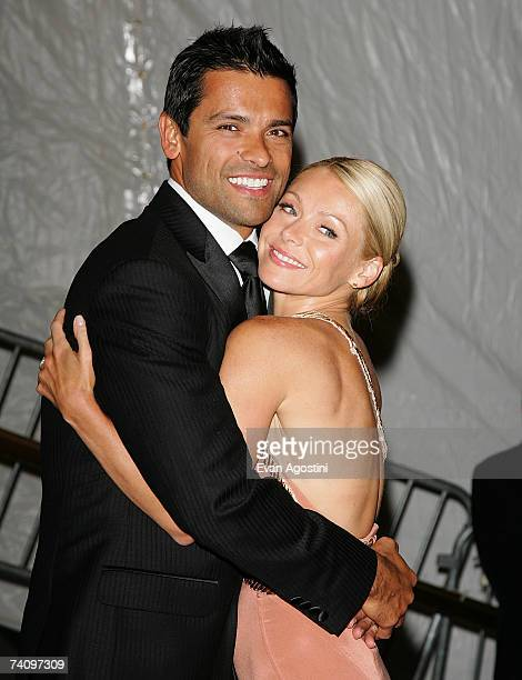 Actress Kelly Ripa and husband actor Mark Consuelos leave The Metropolitan Museum of Art's Costume Institute Gala May 07 2007 in New York City