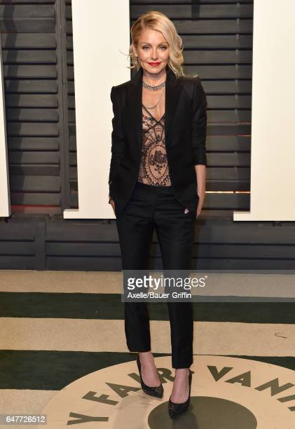 Actress Kelly Ripa arrives at the 2017 Vanity Fair Oscar Party Hosted By Graydon Carter at Wallis Annenberg Center for the Performing Arts on...