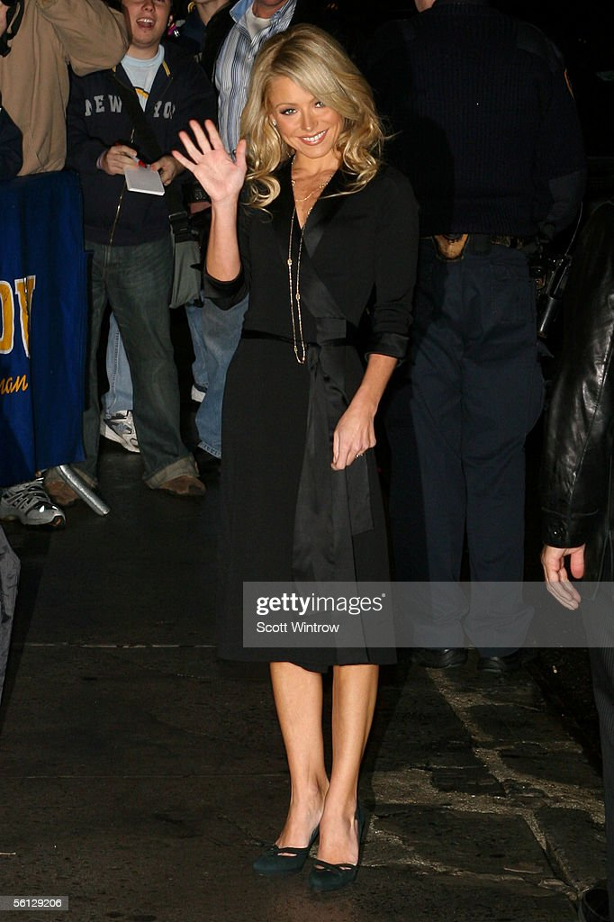 Kelly Ripa & Hillary Duff Arrive At The Late Show With David Letterman : Fotografía de noticias