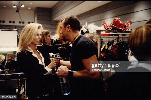 Actress Kim Basinger and French fashion designer Thierry Mugler on the set of the film PrêtàPorter directed by American director Robert Altman
