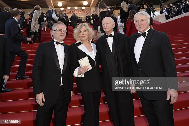 US actress Kim Novak poses on May 25 2013 with her husband Robert Malloy the General Delegate of the Cannes Film Festival Thierry Fremaux and the...