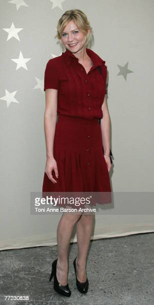 Actress Kirsten Dunst poses at Chanel Fashion Show on October 5th, 2007 in Paris.