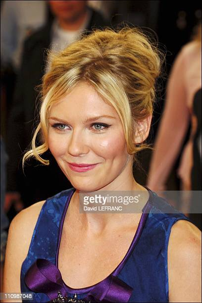 S actress Kirsten Dunst waves as she arrives for the screening of 'Elizabethtown' a film directed by US director Cameron Crowe at the thirsty first...