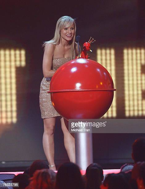 Actress Kristen Bell accepts her award for 'Hottest Newcomer' at Spike TV's 2007 'Video Game Awards' at the Mandalay Bay Events Center on December 7...