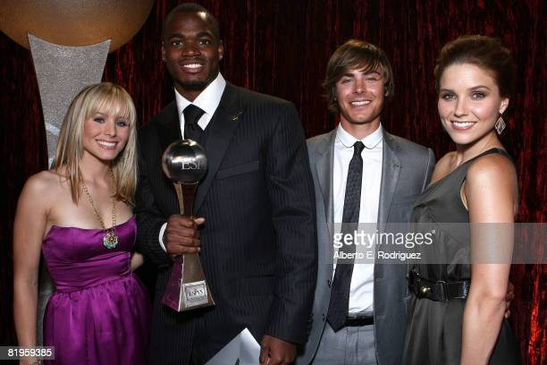 Actress Kristen Bell NFL athlete Adrian Peterson actor Zac Efron and actress Sophia Bush pose with Adrian Peterson after Peterson won best...