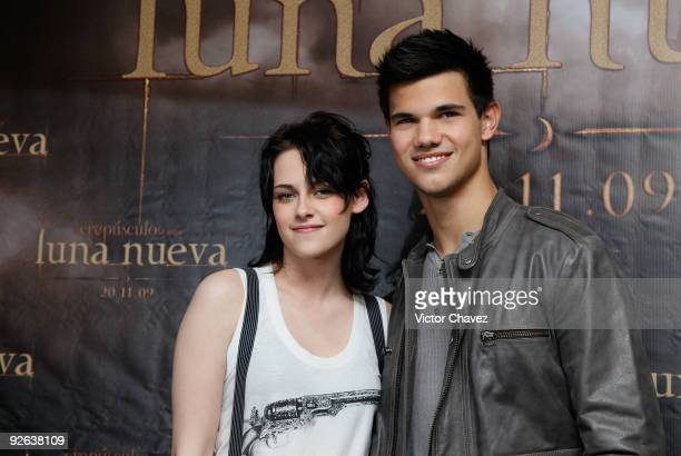 Actress Kristen Stewart and actor Taylor Lautner attend The Twilight Saga New Moon photocall at Four Seasons Hotel on November 3 2009 in Mexico City...