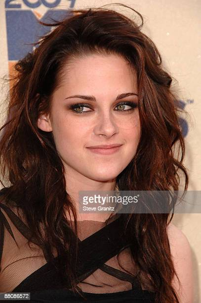 Actress Kristen Stewart arrives at the 2009 MTV Movie Awards held at the Gibson Amphitheatre on May 31 2009 in Universal City California