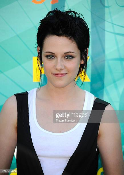 Actress Kristen Stewart arrives at the 2009 Teen Choice Awards held at Gibson Amphitheatre on August 9 2009 in Universal City California